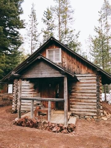 Cute little cabin waiting for you !