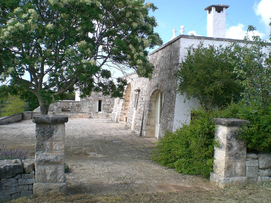 The gate pillars that gives access to the Trullo