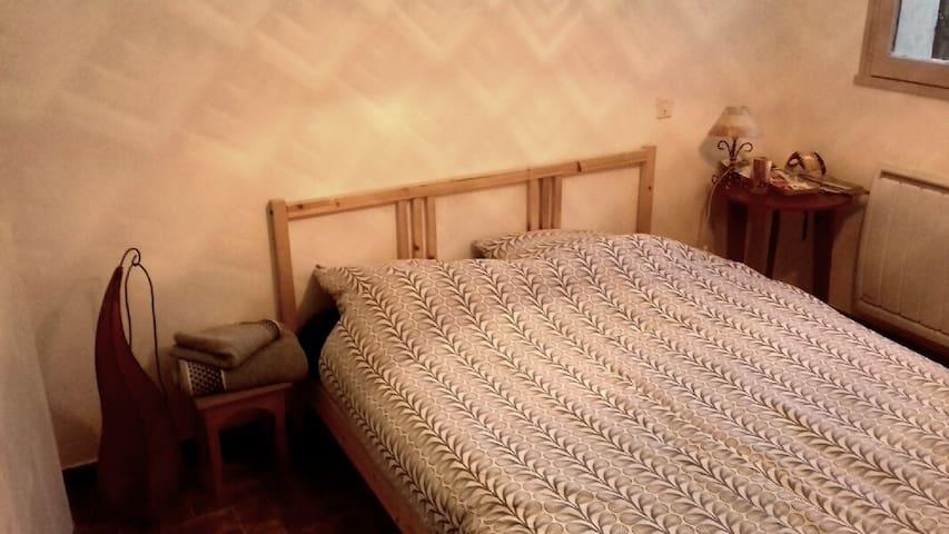 La chambre, lit deux place drap fourni, table de chevet et armoir à disposition.
