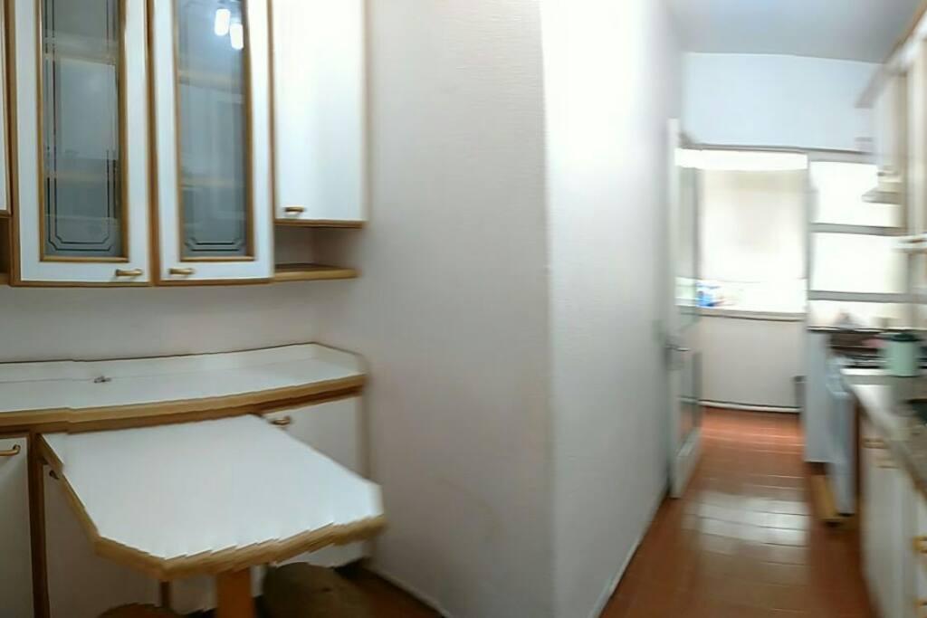 Cozinha mobiliada, contendo pratos, panelas, talheres, copos, aparelhada com fogão 4 bocas com forno e microondas.