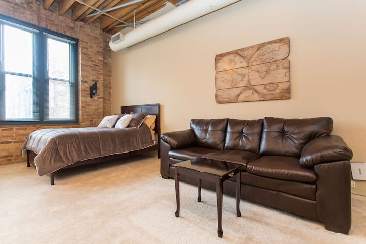 Stylish Loft with Hot Tub & Game Room - Chicago - Departamento
