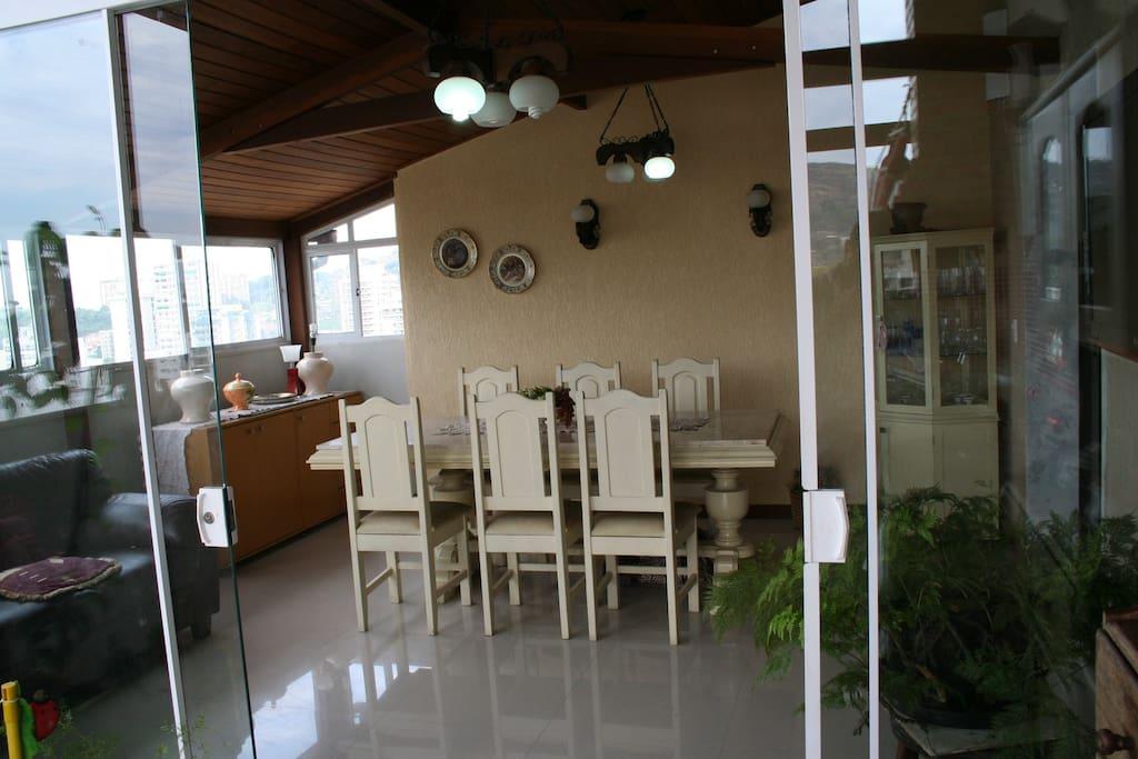 Ampla cozinha Gourmet com churrasqueira e saída para o terraço com piscina.