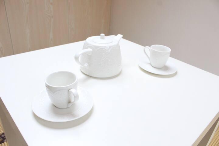 雪白的骨瓷茶壶套装,一眼就相中抱回家!捧着它,感觉茶香更加浓郁,谁让我是外貌协会会长呢!
