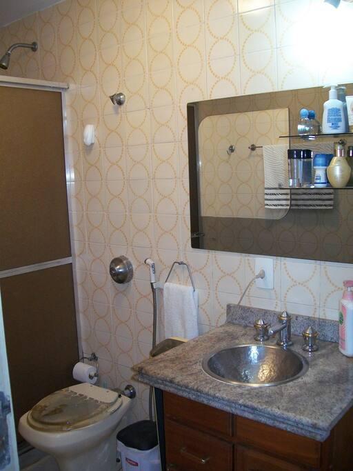 Banheiro completo com chuveiro e aquecimento à gás.