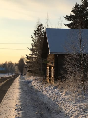 """The barn where the sign of """"Aron Gård"""" is visible from the road."""