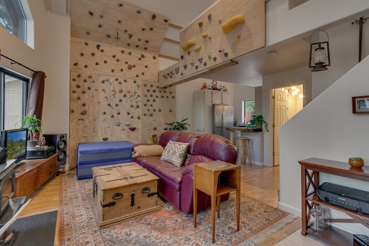 Spacious One Bedroom Apt with Climbing Wall & Spa