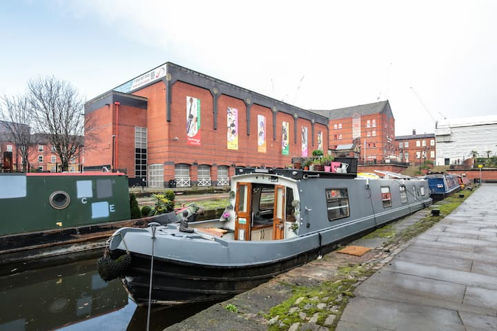 City centre narrowboat with honesty bar & heating!