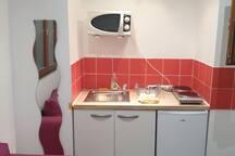 Kitchenette (plaques de cuisson, micro ondes, frigidaire)