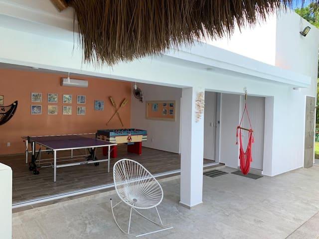 Divertida área de juegos con mesa de ping pong, futbolito, juegos de mesa, dos sofá camas matrimoniales  y aire acondicionado.