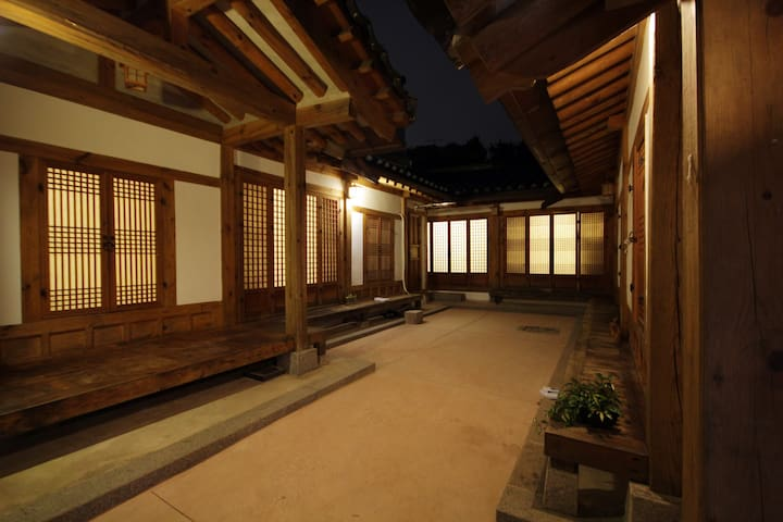 Located at Main street in Seoul - Jongno-gu - House