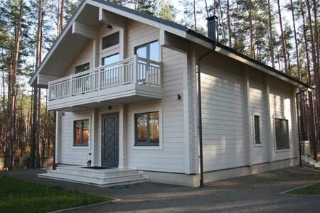 Стильный дом в сосновом лесу! - Bucha