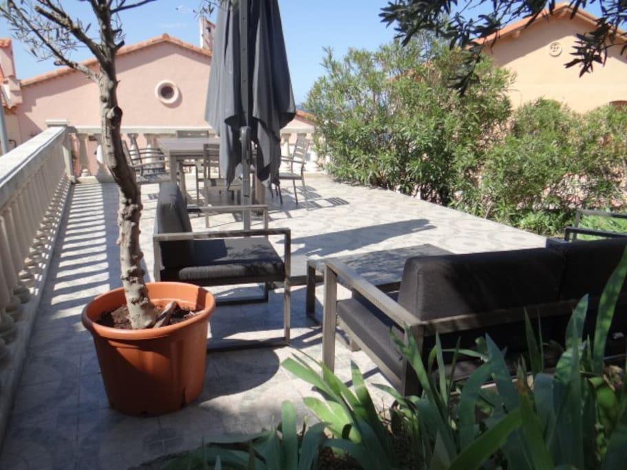 terrasse avec salon de jardin