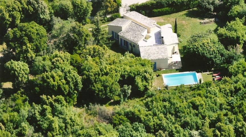 Maison avec piscine sur un terrain clos de 2700m2