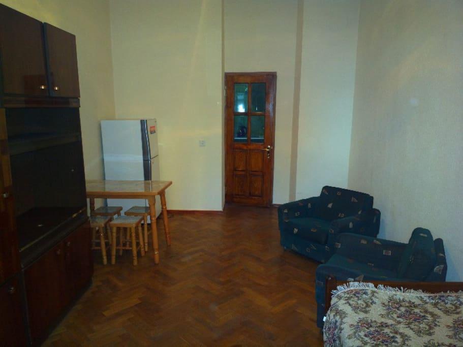 Общий вид комнаты со стороны окна