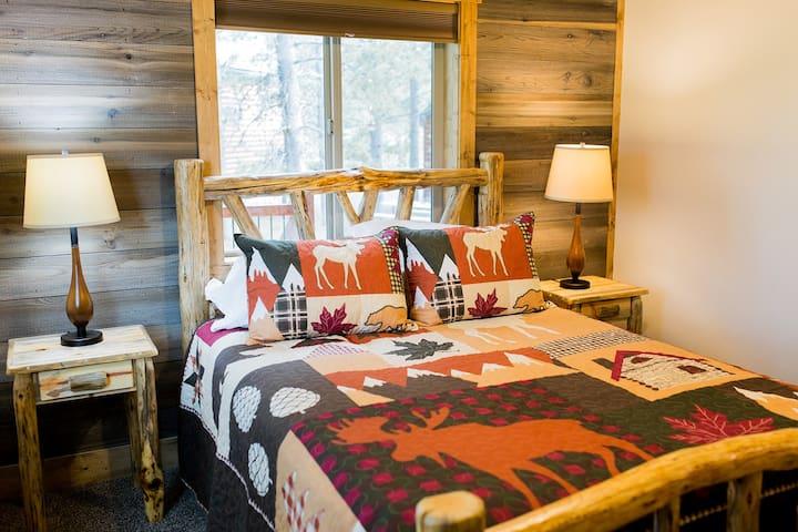 Downstairs Bedroom- queen bed