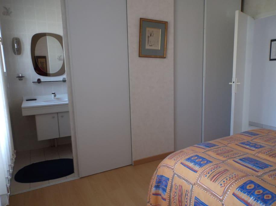 Une chambre avec salle d'eau