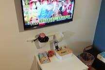 小桌子可以隨意移動讓出走道或是讓您邊吃邊看電視