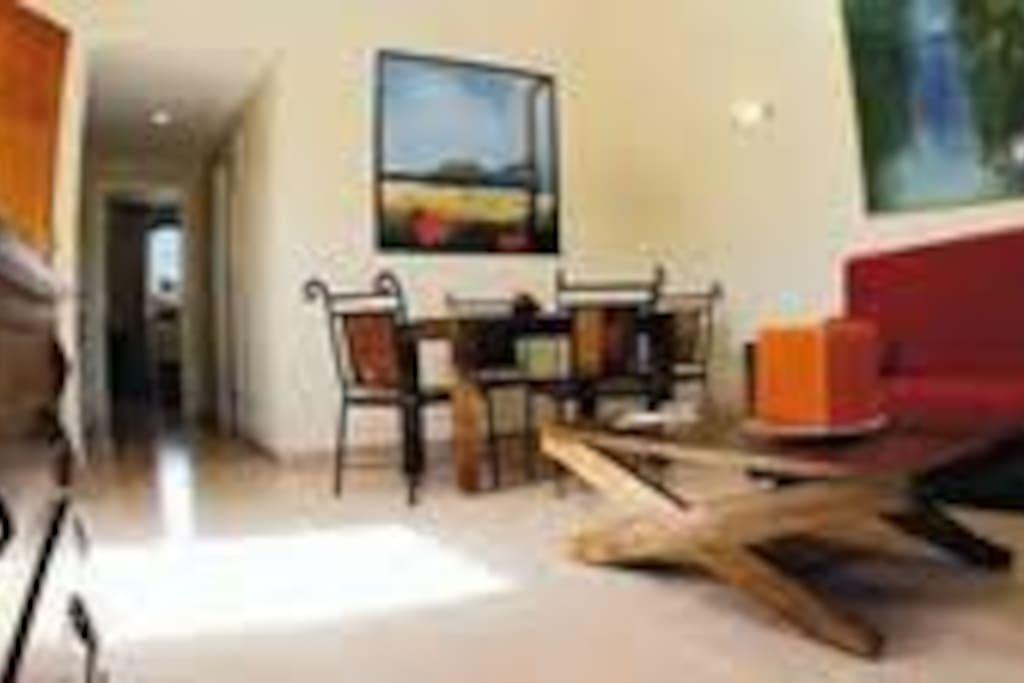 Salon con mesa, sofa cama, TV