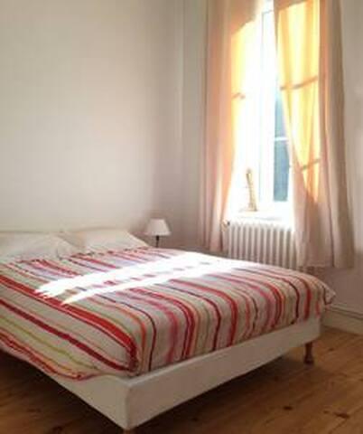 Chambre n°02, lit 150cm, sur cour très calme