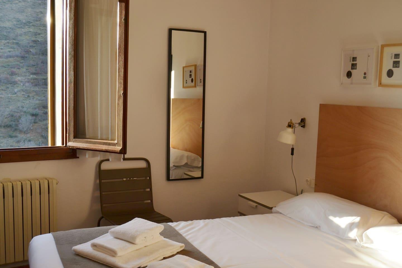 HABITACIÓN 4 Cama de 150 x 200 Con lavabo y espejo para aseo personal, armario empotrado y tv pantalla plana dentro de la habitación.  Se comparte baño con habitación 1 y habitación 3, ambas de una plaza.