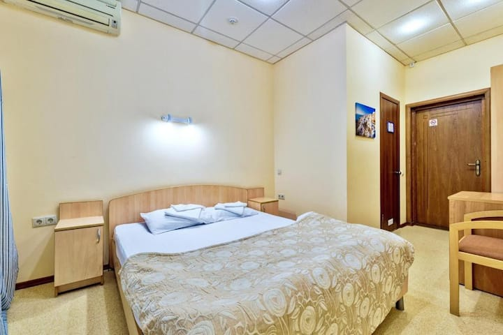 Комната с двуспальной кроватью и собственной ванной комнатой