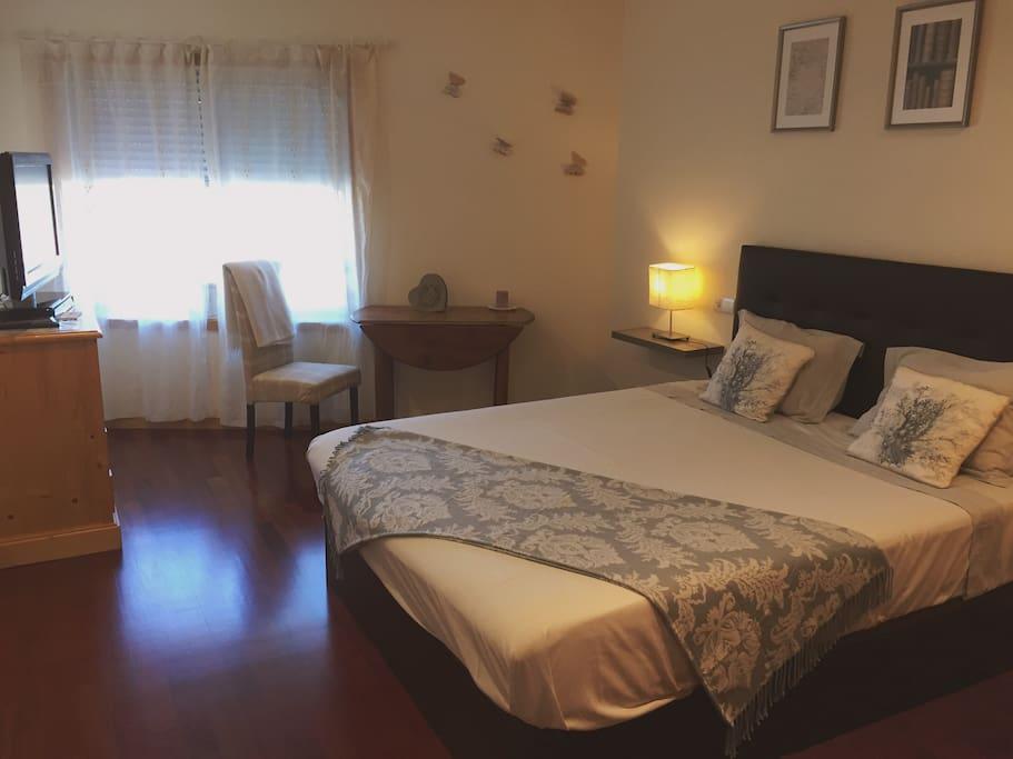 Jolie chambre de 18m2 2 5 km de la plage bed for Chambre 18m2
