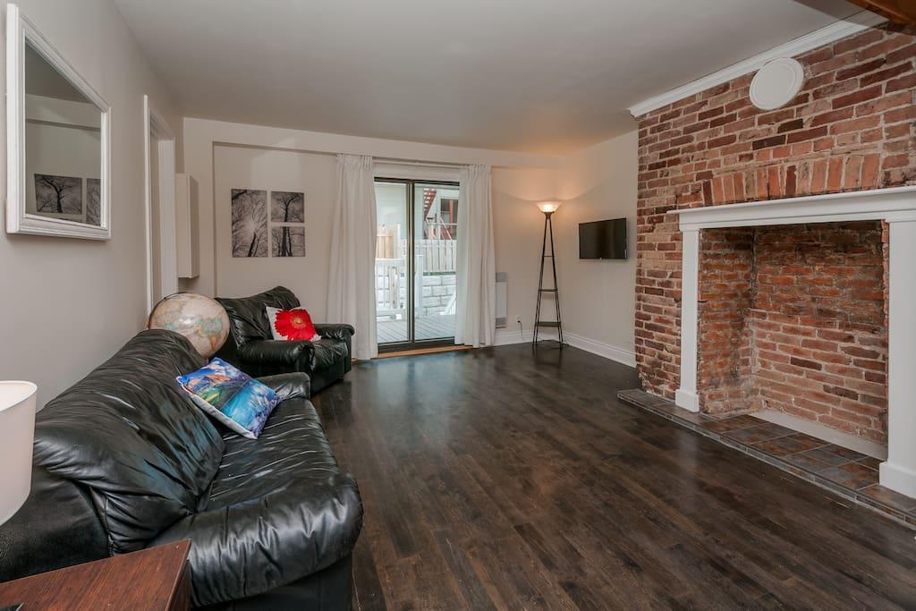 Le salon est beaucoup plus chaleureux, les photos ont été prise aux débuts du projet...plantes, tables de salons et une dispositions différentes occupes mieux l'espace.