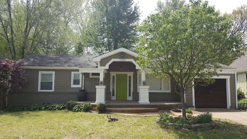 Spacious 3BR with fenced in yard! - Overland Park - House