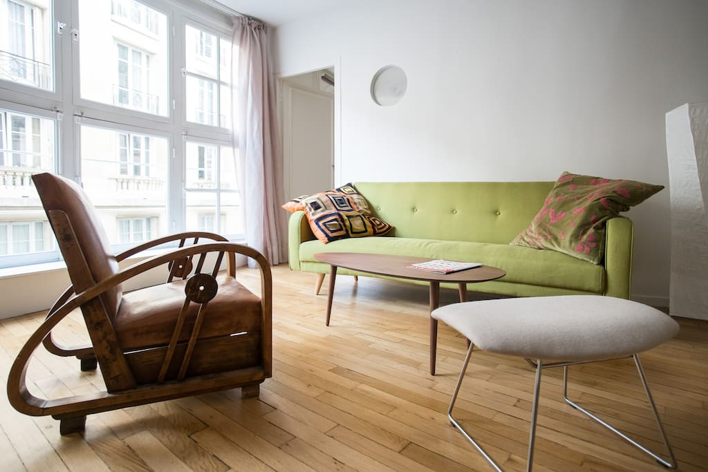 Spacious and clear living room, with sofa bed for 1 person