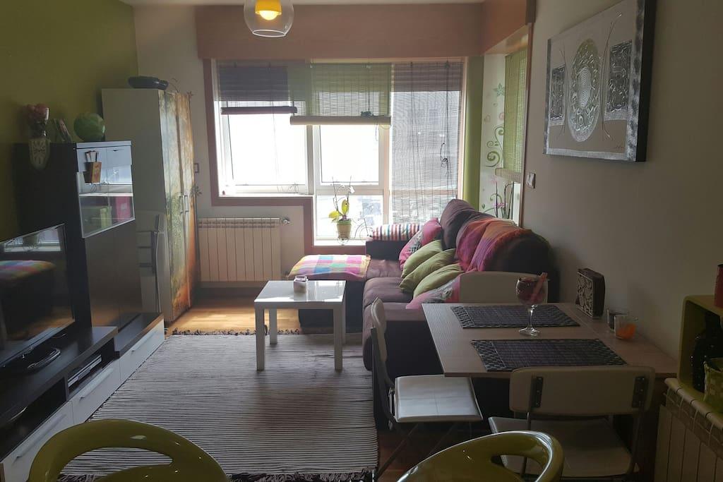 Salón con sofá chaislonge muy cómodo