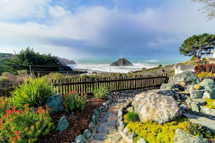 Oceanview studio with full kitchen, walk to town/beach!