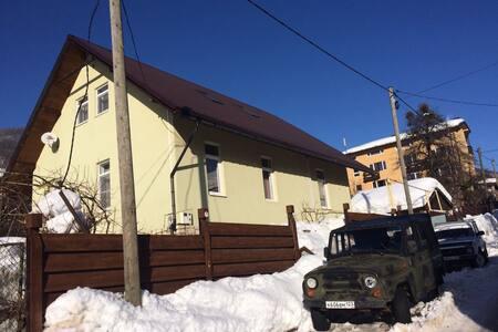 Дом в центре Красной Поляны на компанию до 8 чел - Krasnaya Polyana