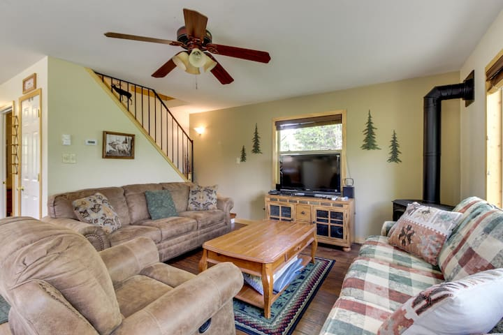 Comfortable & dog-friendly mountain retreat close to the lake and close to town!
