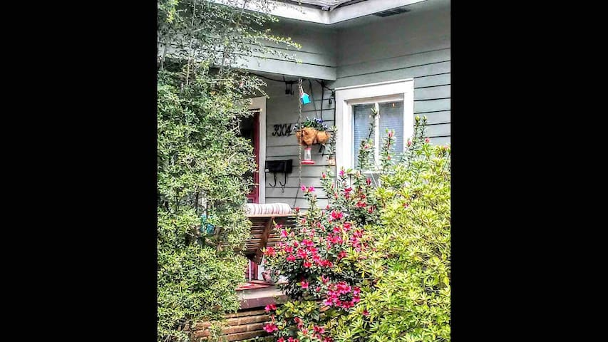 Whimsical Artist's Bungalow in Downtown Columbia!