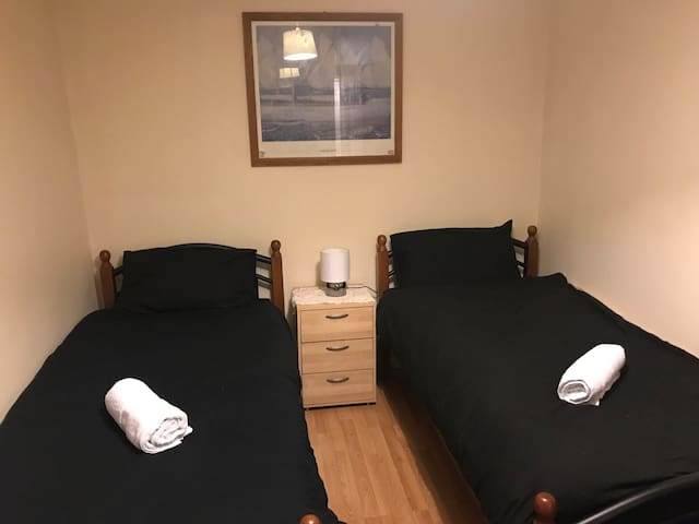 Room 4: 2 Single beds (2 guests)