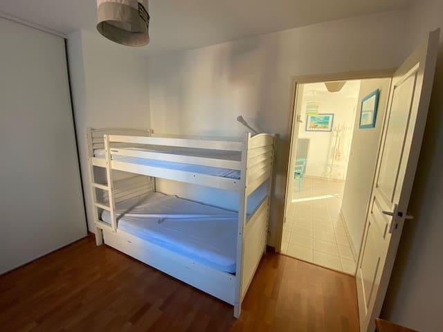 Chambre avec les deux lits supposés et le lit tiroir  Couchage en 90 Location de drap et serviette de toilette en supplément