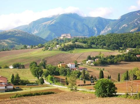 Mansarda Viti - udsigt over Frontone, perle af Catria