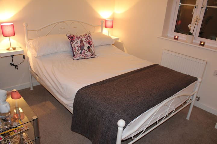 Bright & Modern Double Bedroom & Bathroom - Yeovil - Haus