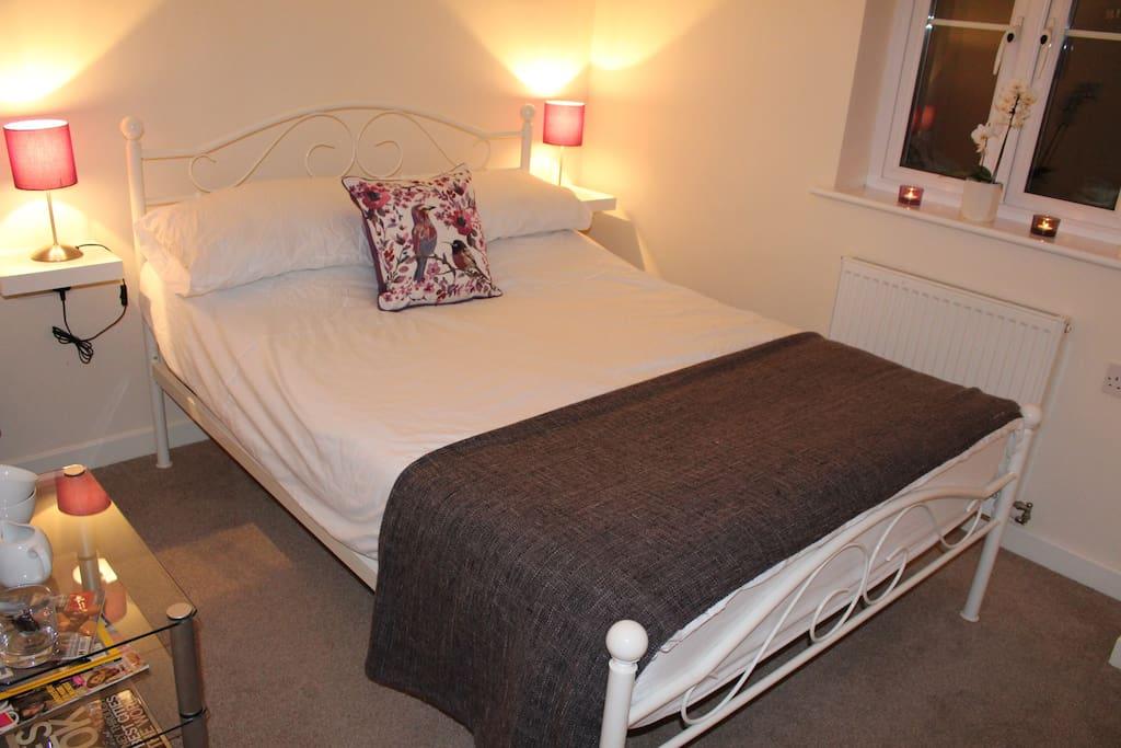 Bright modern double bedroom bathroom houses for for Bedroom furniture yeovil