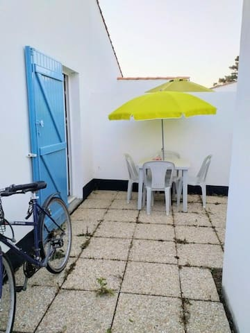 Patio extérieur sans vis-à-vis et local à vélo
