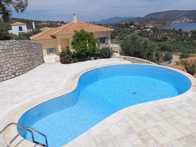 Villa with swimming pool and fantastic sea view
