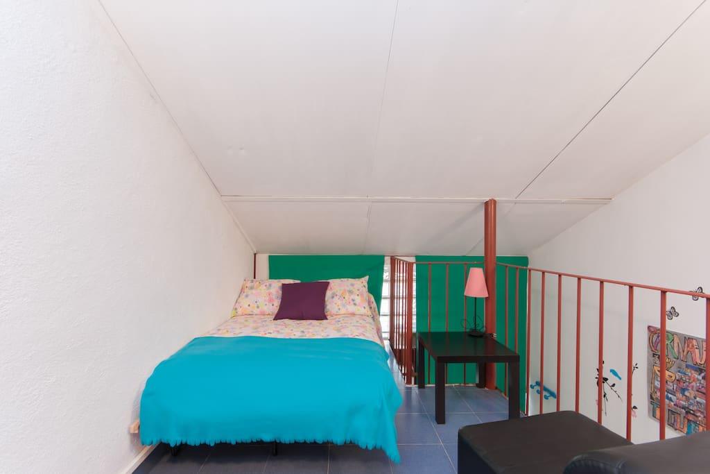 Dormitorio en buhardilla con cama doble