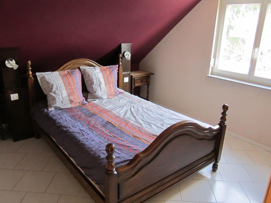 chambre à coucher avec 1 lit 2 personnes
