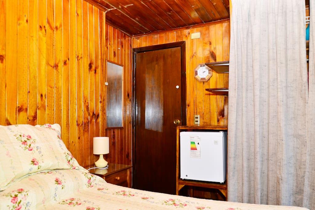 Un closet con luz y organizadores, otro al lado del baño. Frigobar, espejo, luz de emergencia.