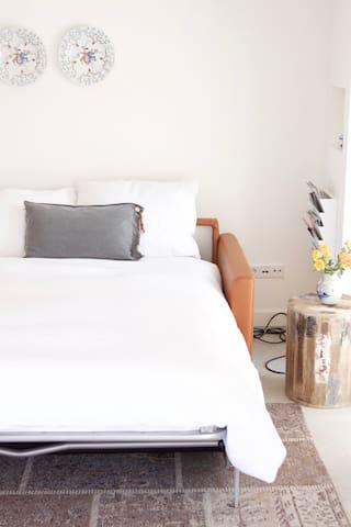 Bedbank (sleepingsofa)living, beneden verdieping.