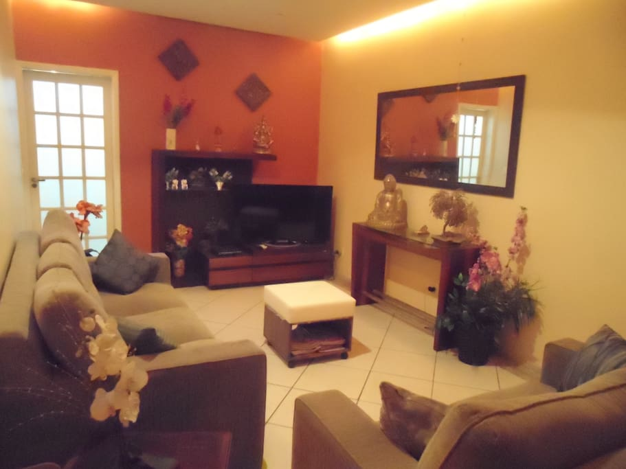 Sala principal, confortável e climatizada