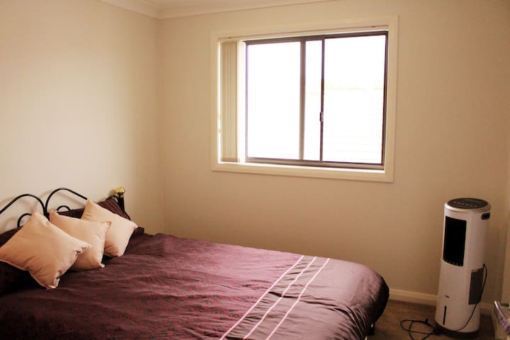 Bright Comfortable Private Room - Molonglo Valley