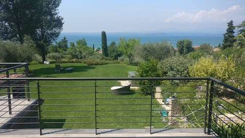 Villa with breathtaking views of the lake and garden