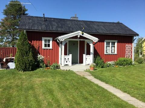 Charmig röd stuga nära Umeå