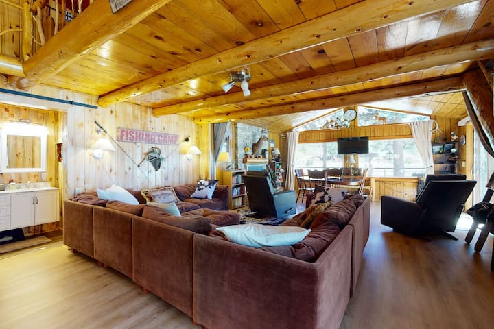 Rustic, dog-friendly house w/ gas fireplace and two lofts -near Río Grande!